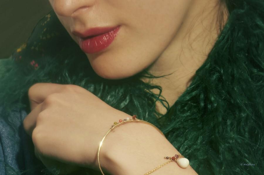 Bracelet goutte à goutte en pâte de verre, chaîne fine plaqué or, petites pierres semi-préciseuses, signature mademoiselleninon